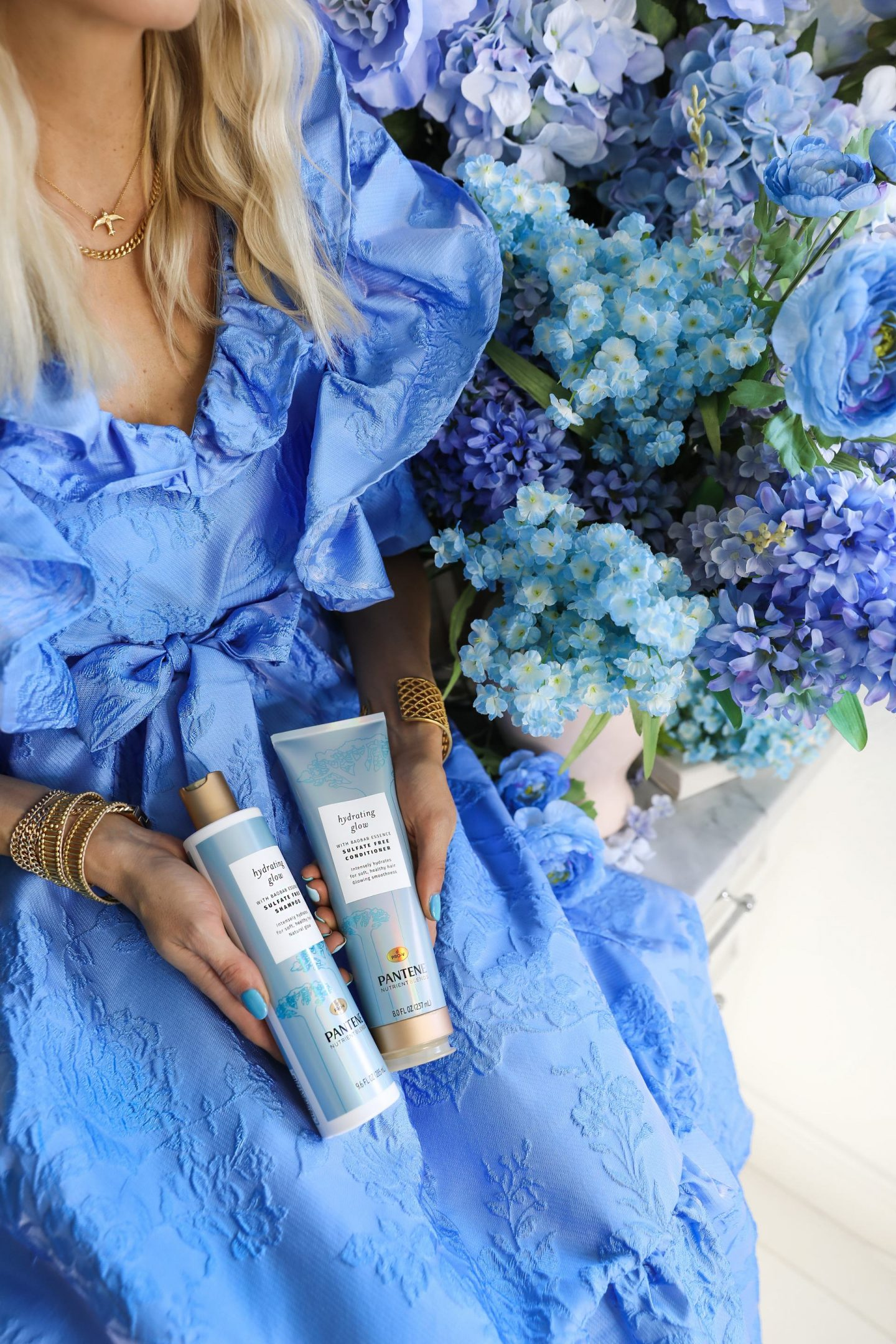 Best shampoo for dry hair by Pantene Hydrating Glow, and blue floral photoshoot styling inspiration by fashion blogger Lombard & Fifth.